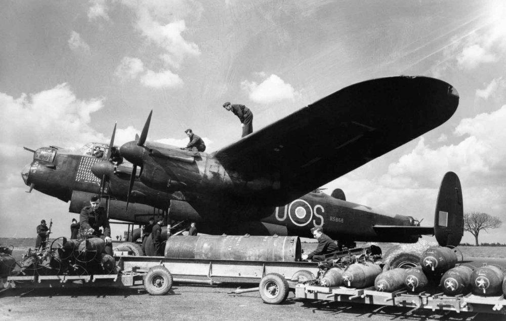 RAAF-Lancaster-bombing-up.jpg
