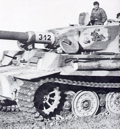Tiger I Late sPzAbt.505 312 note small turret zimm.JPG