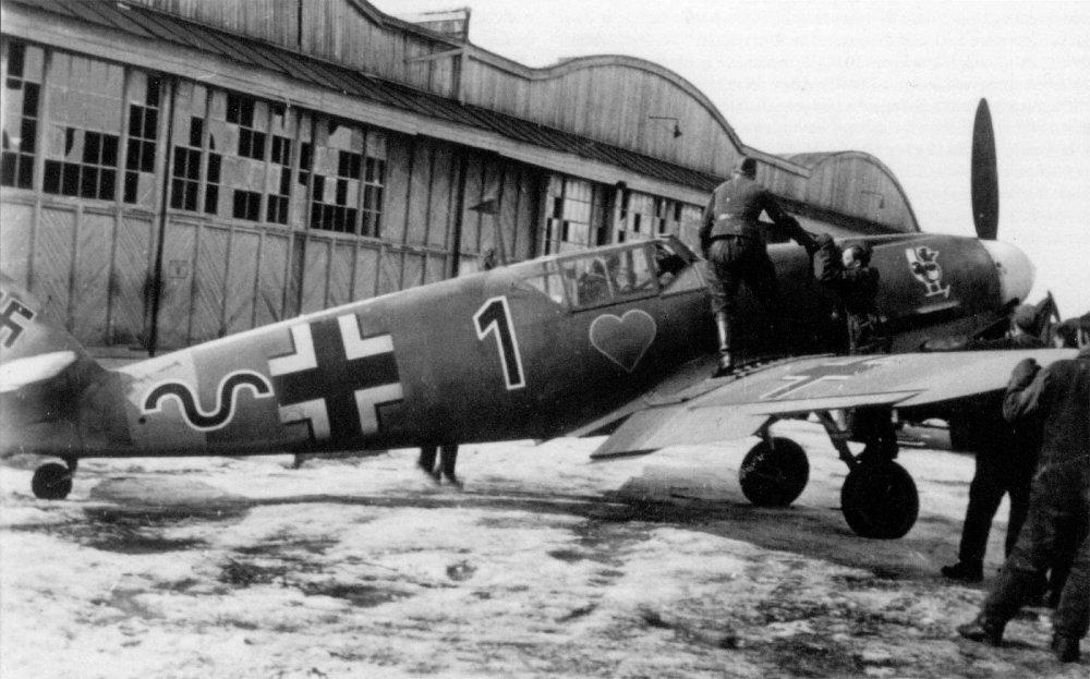 Messerschmitt-Bf-109F4-8.JG54-(B1+~)-Max-Hellmuth-Ostermann-Russia-May-1942-02.jpg
