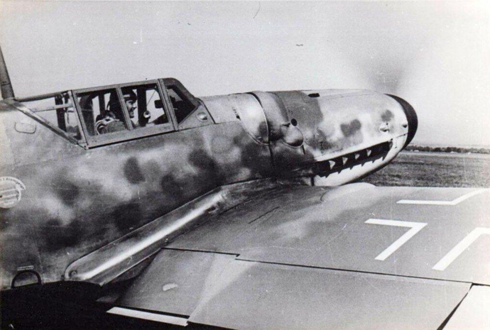 Messerschmitt-Bf-109G6-JG50-Gottfried-Weiroster-WNr-15912-Wiesbaden-Erbenheim-autumn-1943-01.thumb.jpg.6977a1adcd7ab94d0c710c0aa2c97aff.jpg